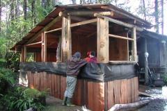 ジョンはゲストハウスを建築中。 材料には流木を使う