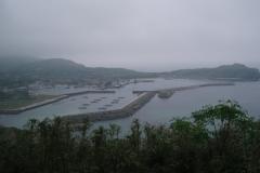 翌日は歩いて島内を観光。 あいにくの雨模様。