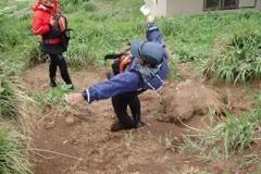 穴に足をとられる名倉氏。