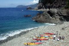 昼食で上陸したゴロタ石の浜