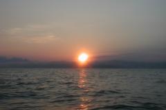 静かな広い海で迎えた日の入り。