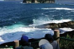 名所「潮吹き穴」。 波が高くてカヤックに乗れない時の 観光に最適