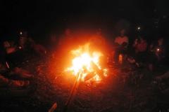 キャンプにはかかせない流木の焚き火