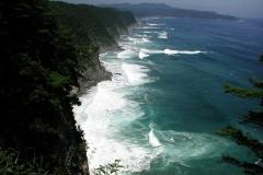 鵜ノ巣断崖の上から眺める。 向こうに北山崎が見えます。