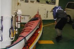 帰りのフェリー。運賃節約の ため、2艇を重ねる。